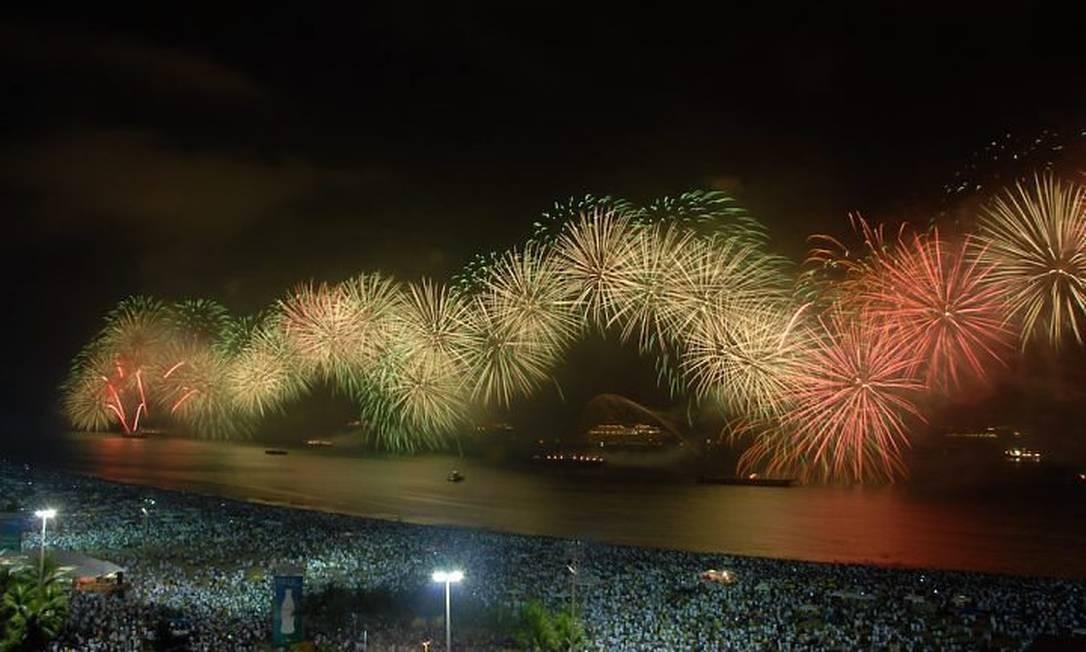 Queima de fogos em Copacabana Foto do leitor Fabrizio Lima
