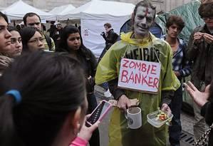 Manifestante do Ocuppy Wall Street no clima do Haloween