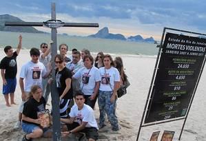 FAMÍLIA DE juíza e engenheira mortas por policiais tiram cruz da Praia de Icaraí, em Niterói. Estrutura irá para Copa Foto de Antônio Carlos CostaRio de Paz