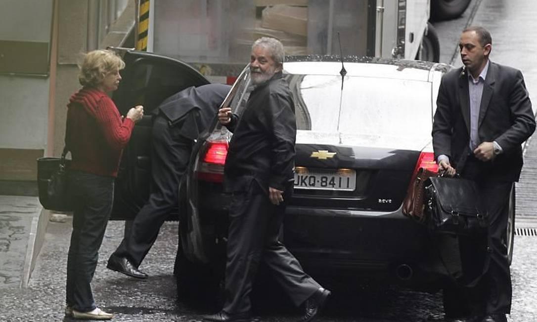 Lula chega ao Hospital Sírio-Libanês acompanhado de sua esposa, Marisa Letícia - Foto de Marcos Alves