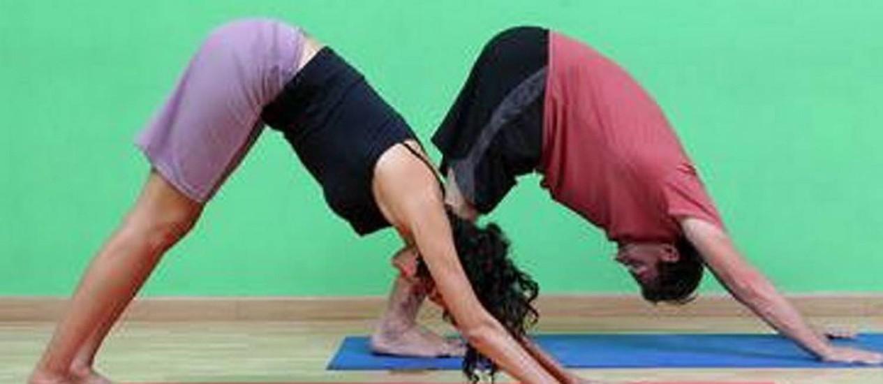 A prática de posturas da ioga previne e alivia dores nas costas, especialmente na lombar
