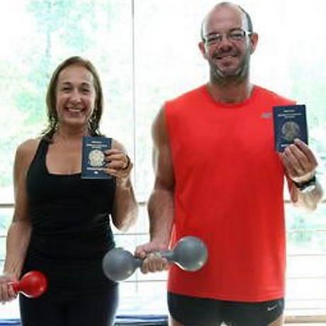O casal Marcelo e Sandra leva em seus passaportes as autorizações para treinarem numa academia na Flórida