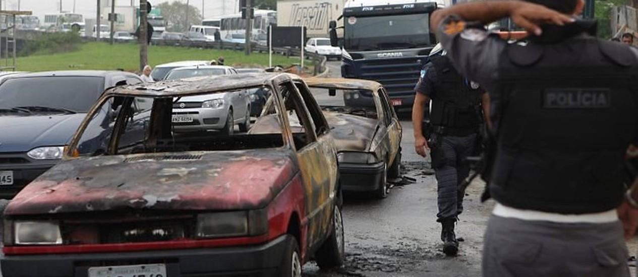 Carros incendiados no Trevo das Margaridas, em Irajá, na manhã desta segunda-feira Foto: Marcos Tristão
