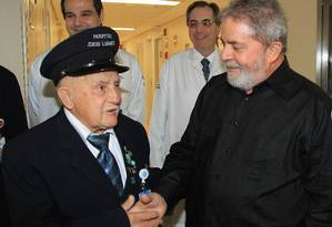Lula cumprimenta funcionário do Hospital Sírio-Libanês após receber alta Foto: Instituto da Cidadania / Divulgação