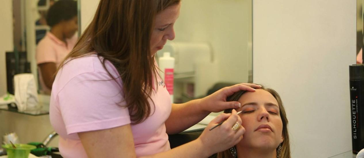 A maquiadora Jordanna Teixeira renovou o estoque de maquiagens coloridas para o verão Foto: Felipe Hanower