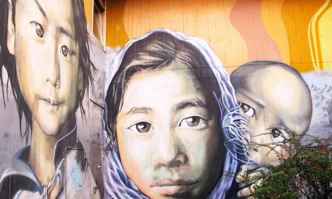 Galeria dos 50 rostos, em Kreuzberg, Berlim. As pinturas ajudaram a revitalizar e mudar o perfil de um conjunto habitacional do bairro