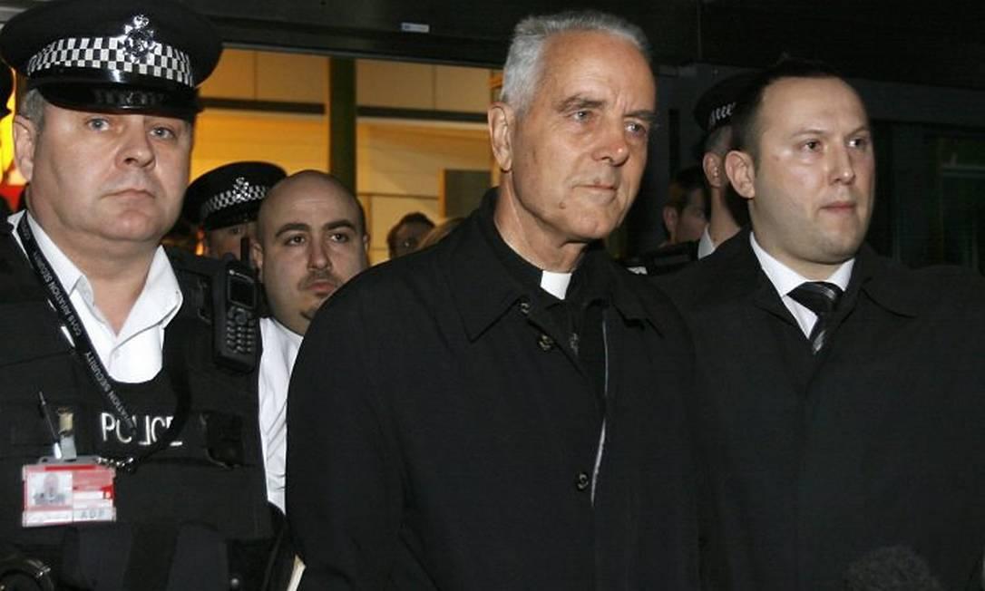 Bispo Richard Williamson (ao centro) retorna a Londres Reuters