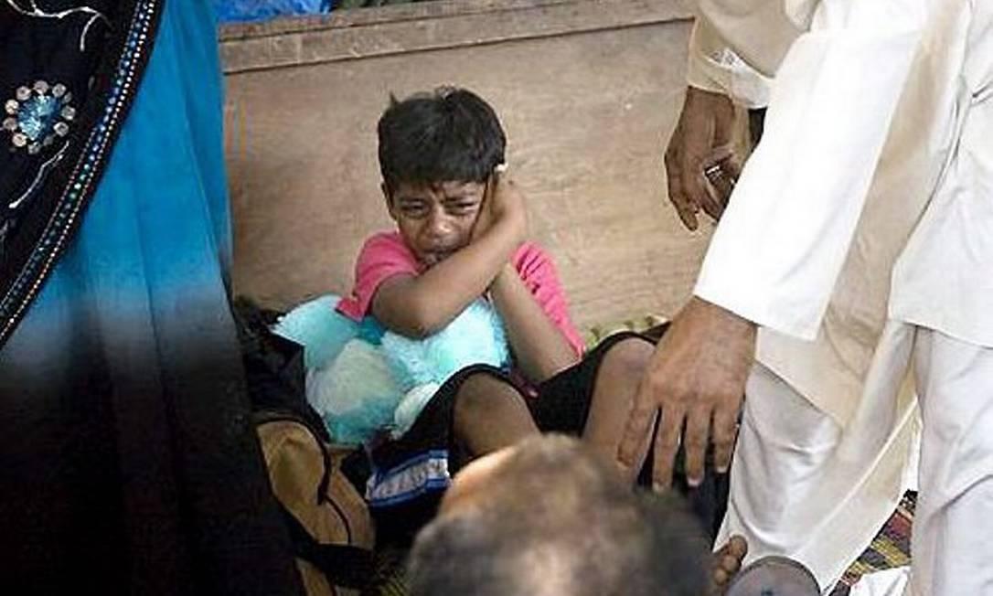 Ator de 'Quem quer ser um milionário?' apanha do pai ao chegar em Mumbai Reprodução