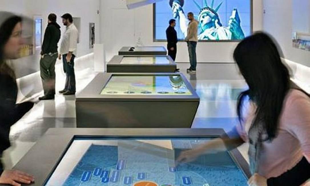 Visitantes consultam atrações no mapa interativo do novo Centro de Informações Turísticas em Nova York