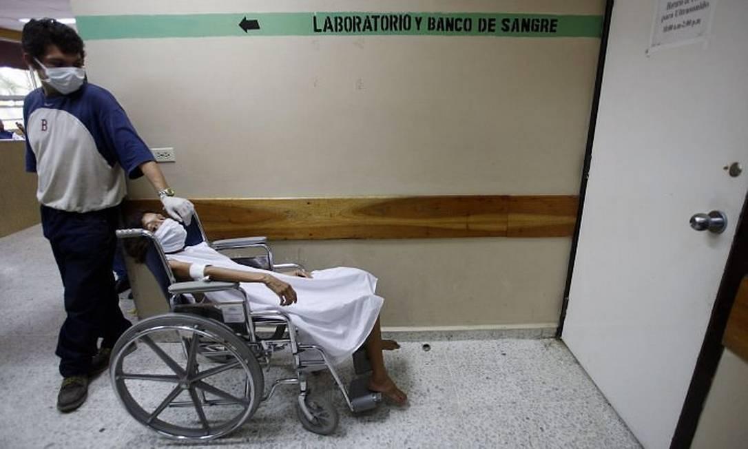 Pacientes usam máscaras para se protegerem do surto em hospiral - Reuters