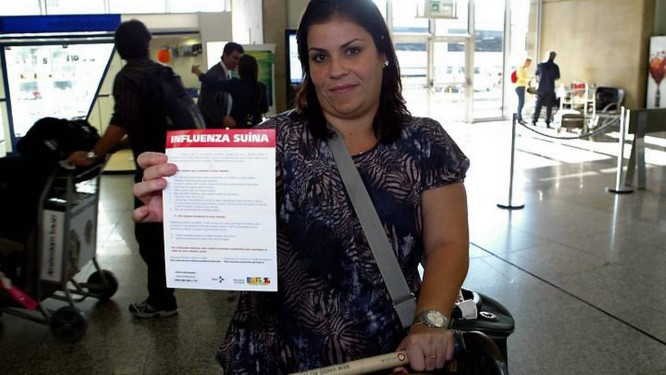 Passegeiros reclamam de falta de informação sobre a Gripe no Tom Jobim. Na foto, a passageira Alline Moraes, que chegou do Panamá, reclama que só recebeu um informativo em inglês quando chegou ao RioCelso Meira - O Globo