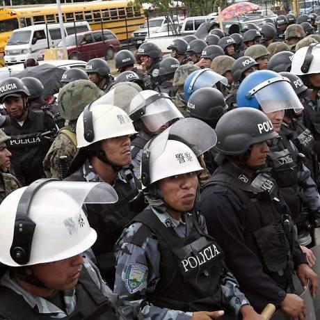A polícia e o Exército hondurenho fazem frente a um protesto de manifestantes pró-Zelaya em Tegucigalpa - Reuters