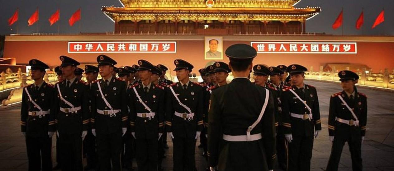 Soldados chineses ensaiam na Praça da Paz Celestial para o desfile dos 60 anos da Revolução - AP