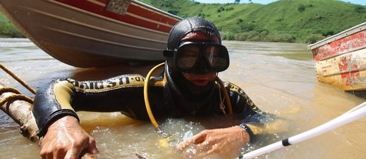 Garimpeiro faz atividade de extração sem atender normas de segurança - Gabriel PaivaO Globo