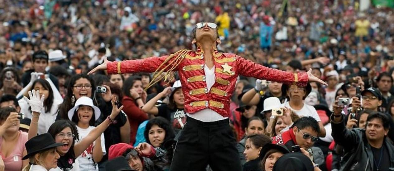 Hector Jackson, famoso sósia do Rei do Pop, liderou a coreografia de 'Thriller' na Cidade do México, com quase 14 mil pessoas, segundo os organizadores AFP