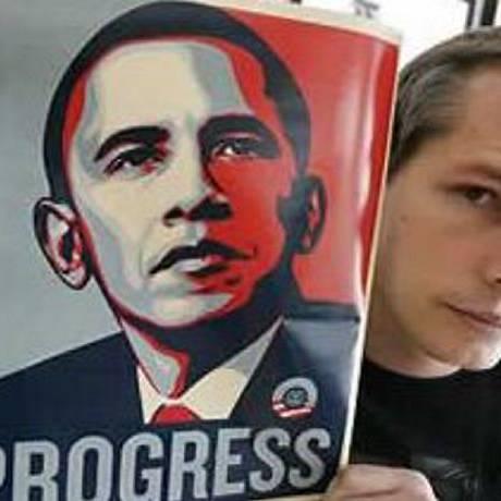 O artista plástico Shepard Fairey com cartaz de Obama Progress Arquivo