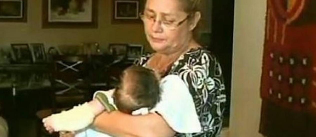 Avô cuida de bebê arrastado na cadeirinha durante roubo de carro em Alagoas. Foto: reprodução TV Globo