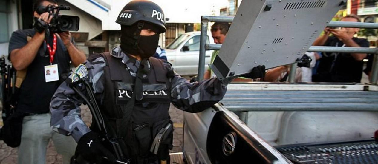 Policial carrega um equipamento da Rádio Globo de Tegucigalpa: decreto colocou contra o governo mesmo setores que haviam apoiado o golpe que depôs Zelaya - AP