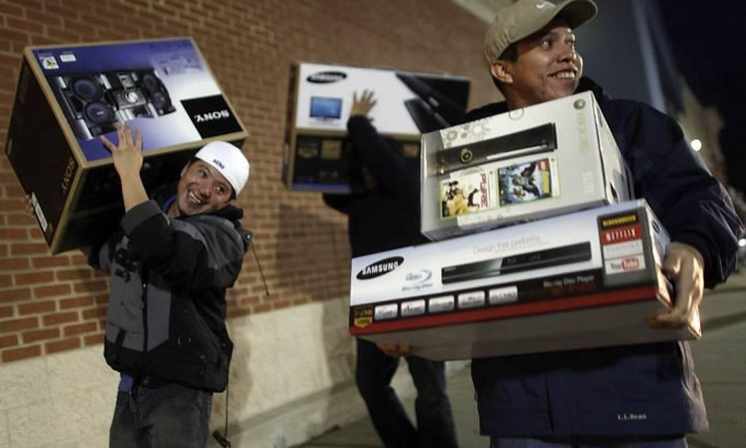 Consumidores correm às lojas para as compras na 'Black Friday'