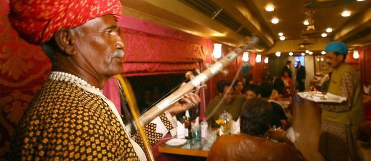 Passageiros recebidos por músicos indianos a bordo do luxuoso trem Royal Rajasthan on Wheels, na Índia Foto: Reuters