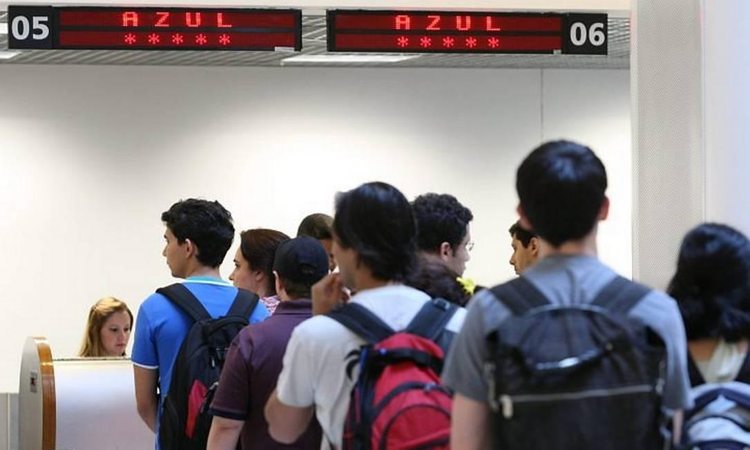 Passageiros em fila para o check-in no guichê da Azul, no Santos Dumonto Foto: Marcia Foletto (Ag. O Globo)