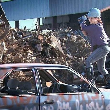 Lucymara se livra do passado detonando carro velho Foto: divulgação