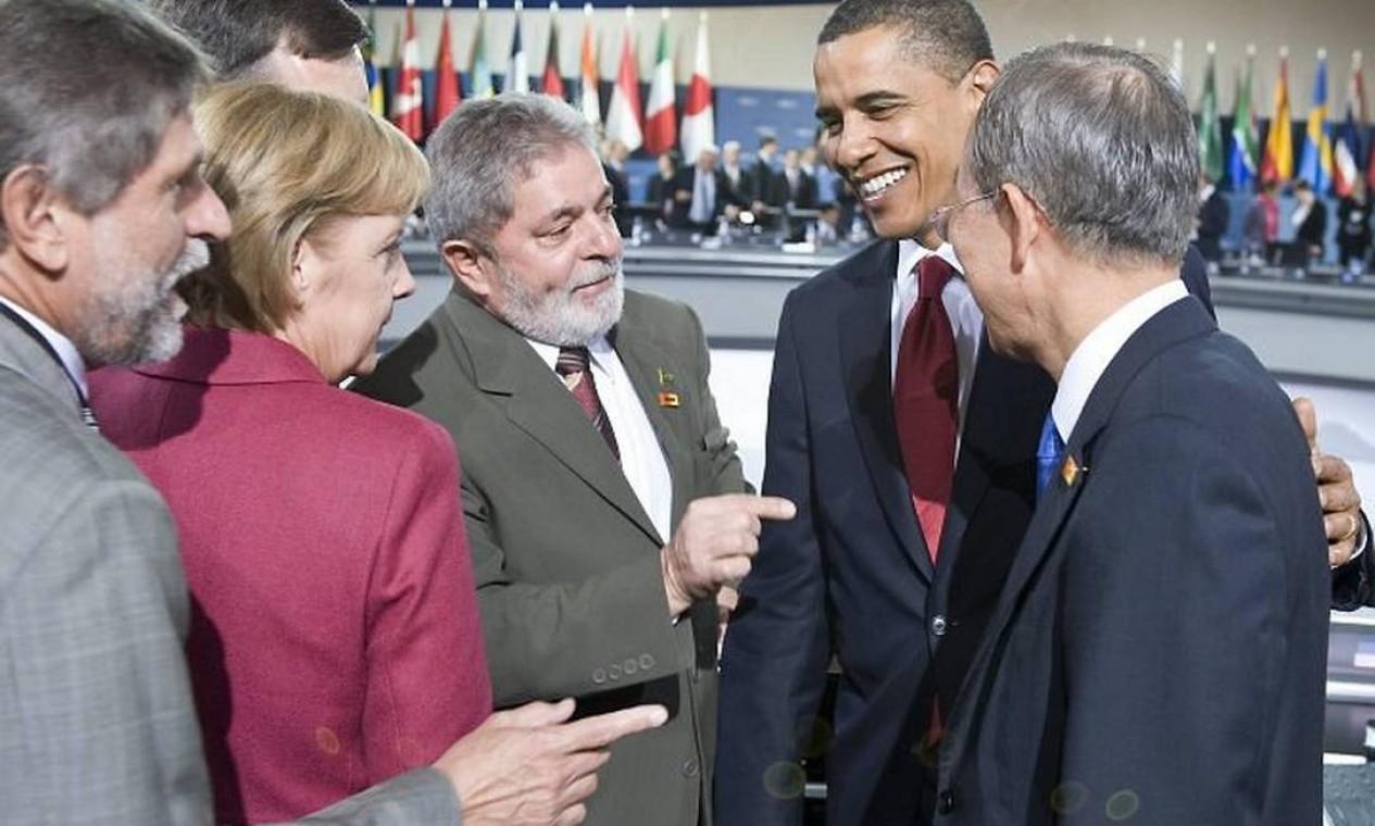 """Foi durante uma cúpula do G-20, em abril de 2009, que Lula, então presidente brasileiro, foi saudado como """"o cara"""" por Barack Obama, à frente da Casa Branca na época. Na foto, Angela Merkel, Lula e Obama conversam durante o encontro em Pittsburgh"""