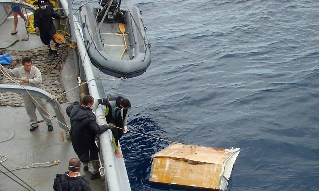Marinha e Aeronáutica resgatam destroços do Airbus no mar Foto Arquivo