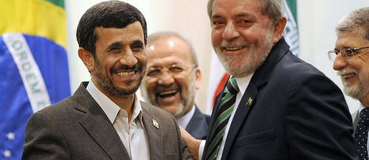 O presidente Luiz Inácio Lula da Silva cumprimenta o presidente iraniano, Mahmoud Ahmadinejad durante reunião no Palácio do Itamaraty, em Brasília - Reuters