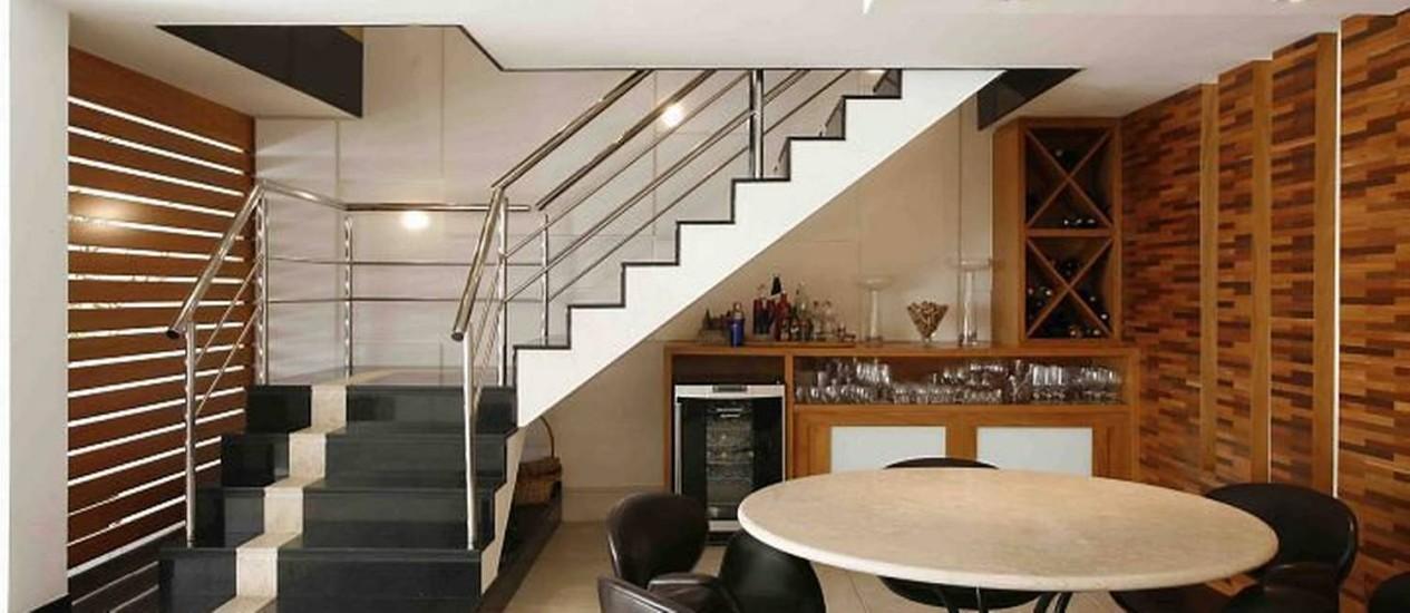 Escada projetada pela arquiteta Roberta Devisate para dar um toque refinado ao ambiente