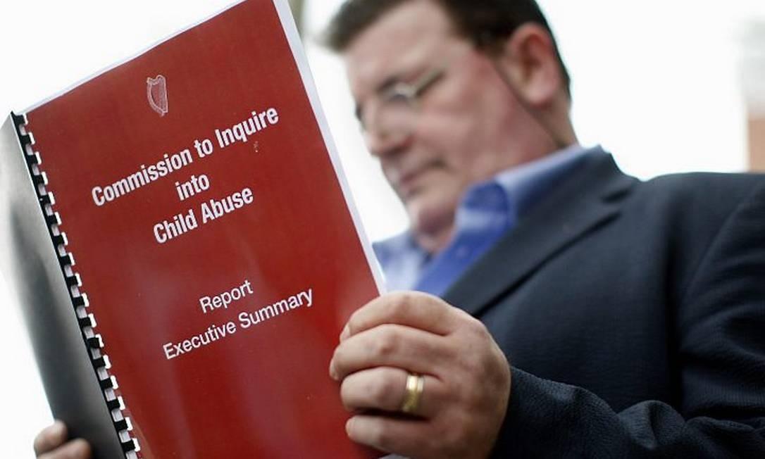 John Kelly, uma vítima do abuso lê o resultado do relatório da comissão - AP