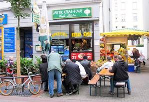 Jogo de futebol na televisão do restaurante de döner kebab, no bairro de Bornheim, em Frankfurt Foto: Fernanda Dutra / O Globo