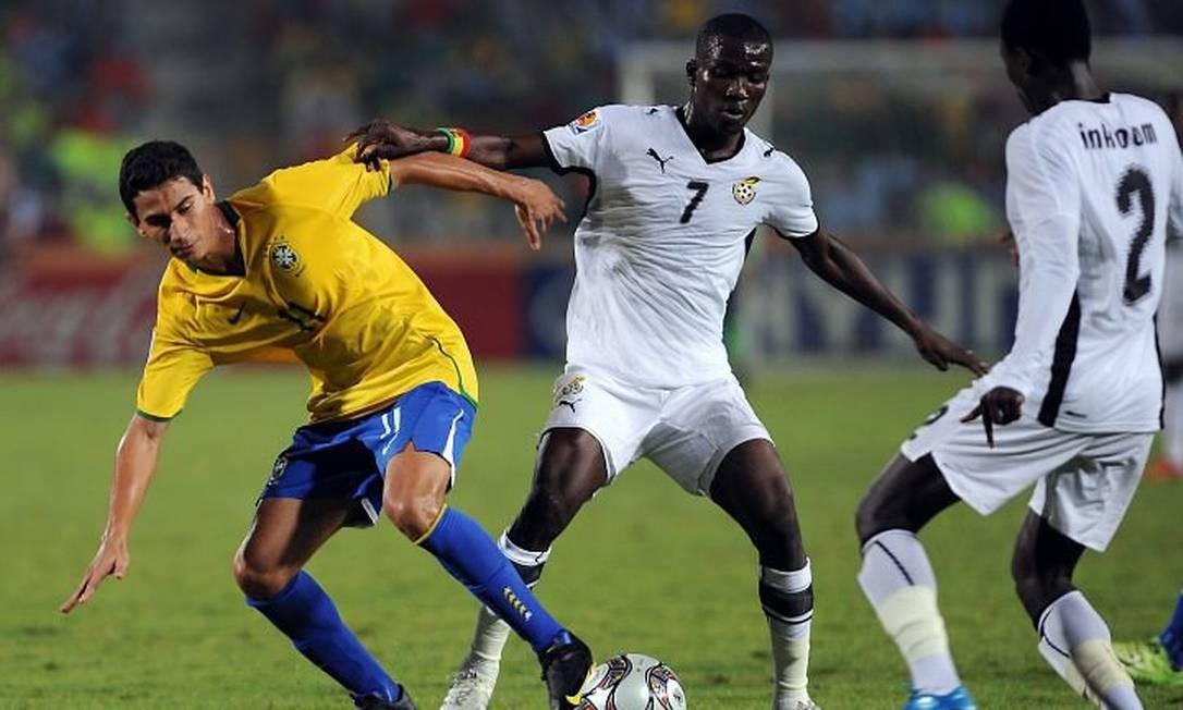 Paulo Henrique disputa a bola com jogadores de Gana na final do Mundial sub-20 - Foto: AFP