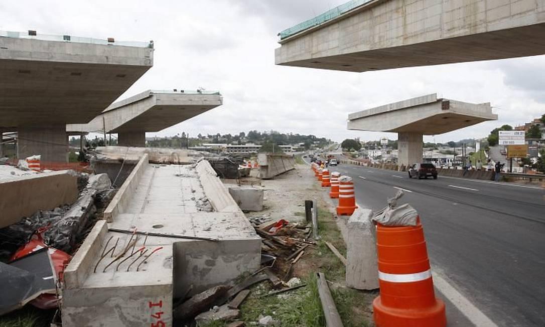 Vigas despencaram de viaduto do Rodoanel sobre a Rodovia Régis Bittencourt, em São Paulo. Foto: Daniel Mobília - Diário de S. Paulo