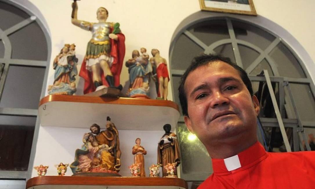 Padre Luiz César Bombonato, pároco da Capela de Santo Expedito, aprova o livro - Foto de Sergio Barzaghi, Diário de S.Paulo