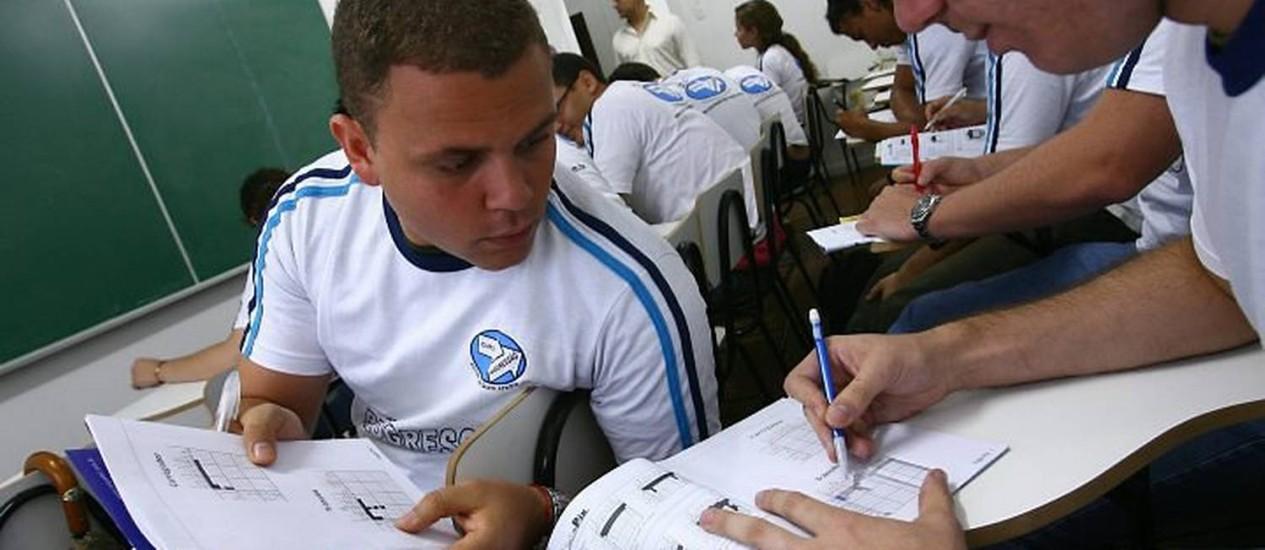 Alunos de curso fazem palavras cruzadas, sudoku e outros passatempos incentivados por professores. Foto André CoelhoAgência O Globo.