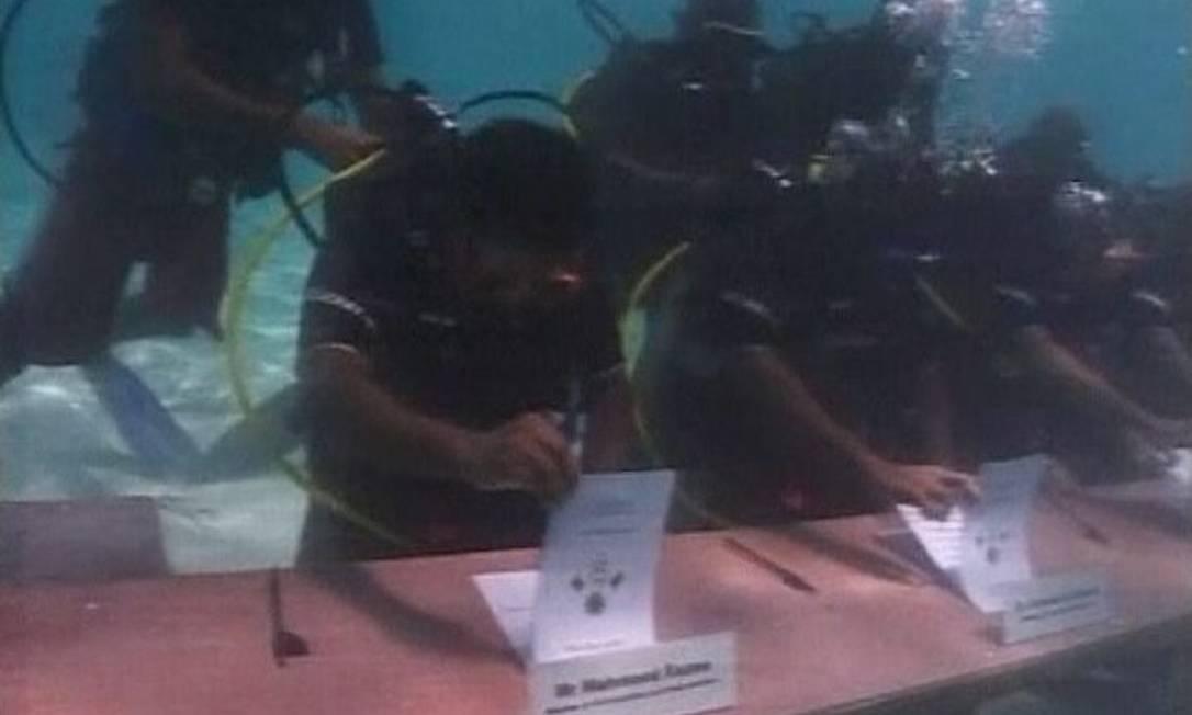 Governo das Maldivas já promoveu reunião debaixo d'água para alertar sobre o risco de inundação Foto: BBC