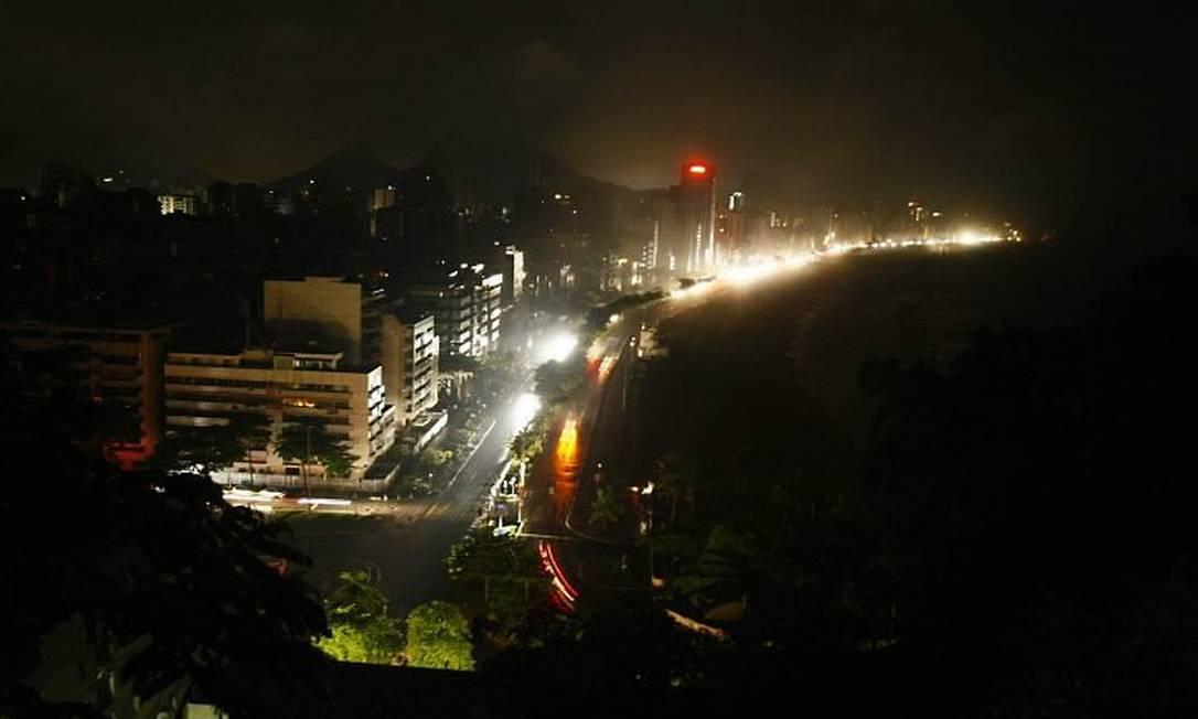 Do Mirante do Leblon, uma vista inusitada da orla do Rio: sinais de trânsito apagados e só a luz dos carros no caminho - Foto: Marco Antônio Teixeira
