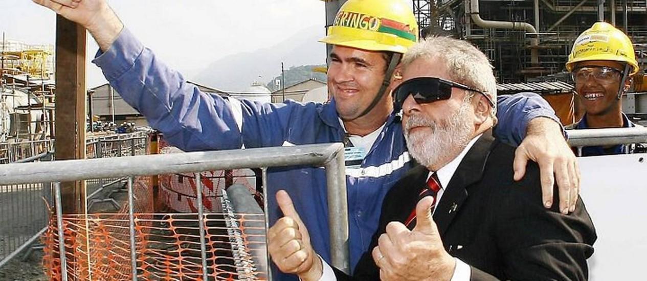 Lula posa com funcionário ao visitar as obras da Usina Termelétrica Euzébio Rocha , em Cubatão (SP)Foto:Divulgação-Presidência da República
