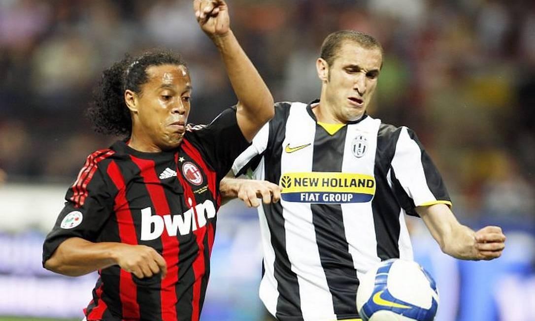 Ronaldinho Gaúcho em jogo do Milan contra o Juventus pelo Campeonato Italiano. Foto Reuters