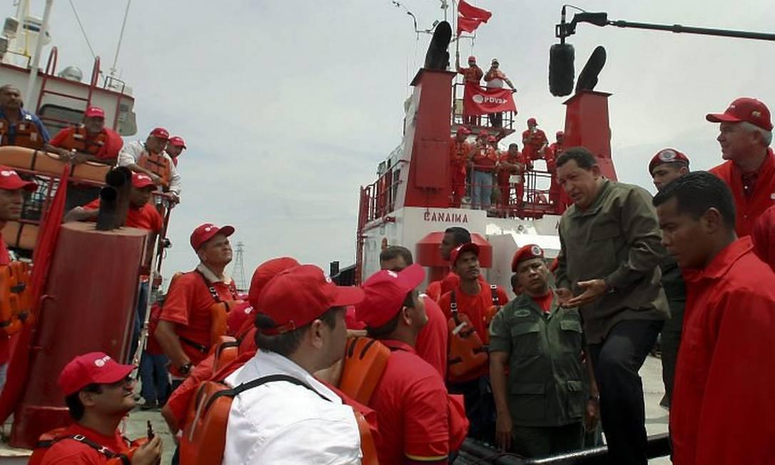 O presidente da Venezuela, Hugo Chávez, fala aos trabalhadores em Maracaibo, depois de anunciar a nacionalização de empresas do setor de petróleoFoto Reuters