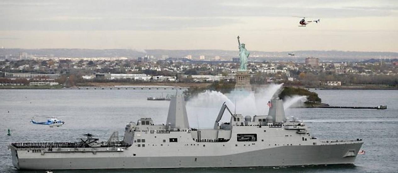 O navio de desembarque anfíbio USS New York atraca em Nova York. Ele foi construído com aço recuperado das Torres Gêmeas, destruídas nos ataques terroristas de 11 de Setembro. Foto: AP
