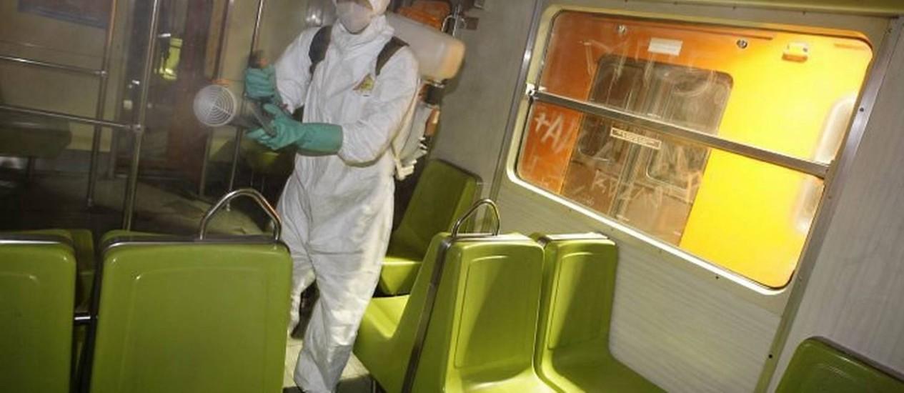 Funcionário desinfeta interior de vagão do metrô na Cidade do México. O país tenta voltar à normalidade apesar do surto de gripe suína Reuters