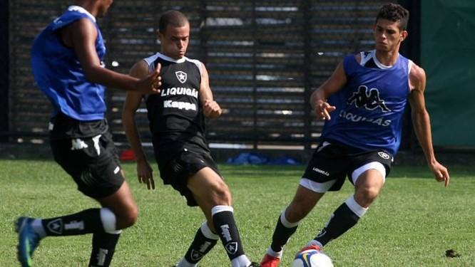 Thiaguinho (de preto) durante treino do Botafogo em General Severiano - Foto: Arquivo Globo