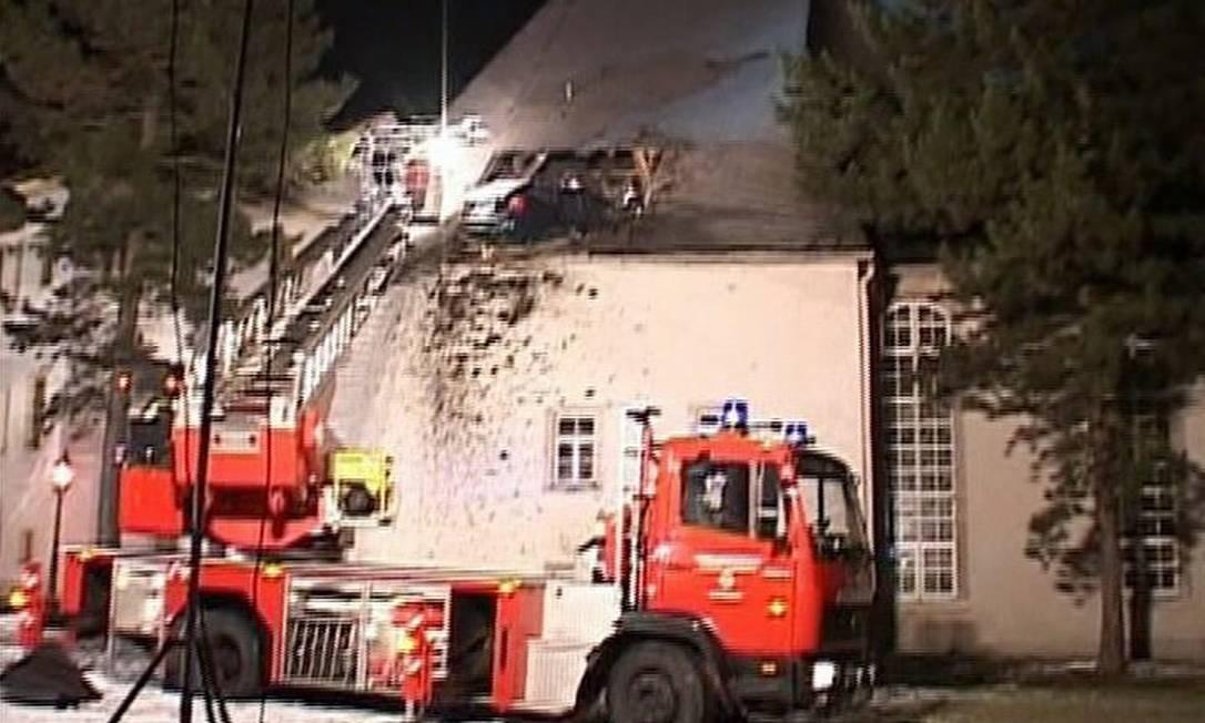 Guindaste retira carro de telhado de igreja na Alemanha - Reuters TV