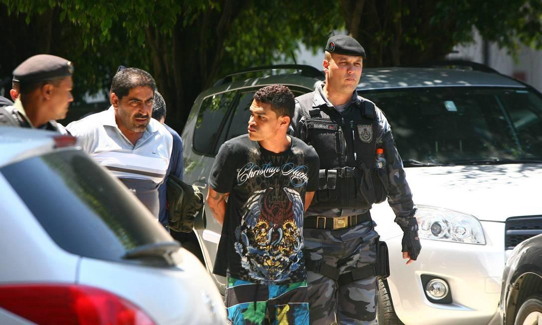 Bandido levado para a sede da Polícia Federal, no Centro do Rio, é transferido para o Complexo de Gericinó Foto: Angelo Antonio Duarte - O Globo