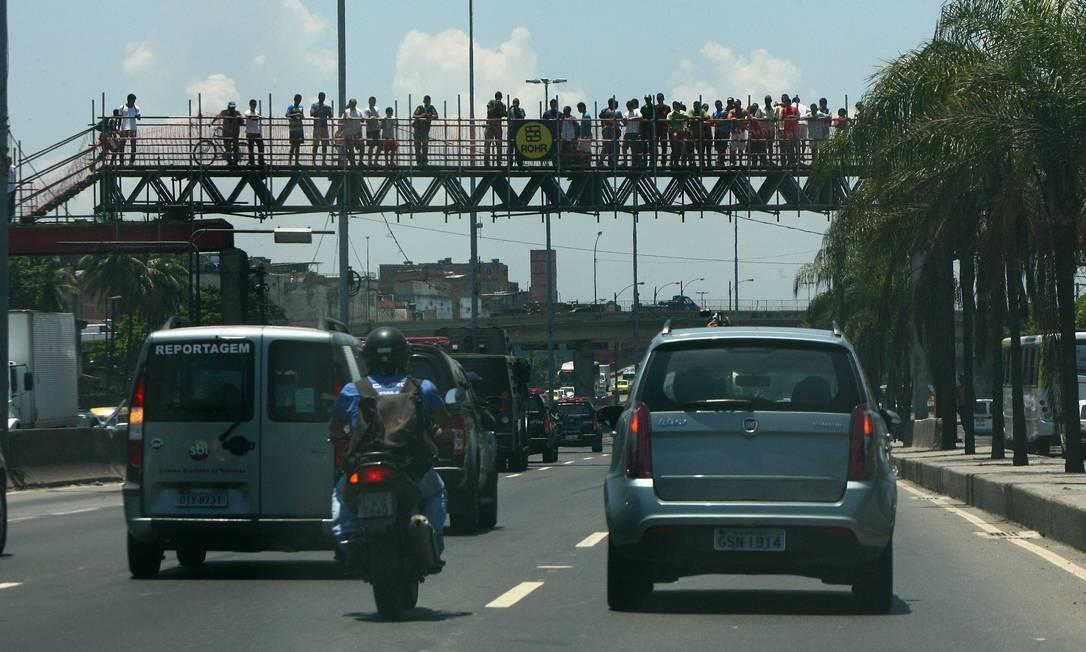 O carro blindado da polícia, transportando o traficante Nem e seus comparsas, segue pela Avenida Brasil, seguido por um comboio, a caminho de Gericinó Foto: Angelo Antonio Duarte - O Globo