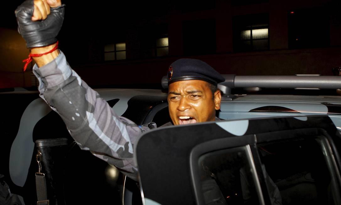 Policial comemora a prisão de Antônio Bonfim Lopes, o Nem, chefe do tráfico da Rocinha Foto: Fernando Quevedo / O Globo