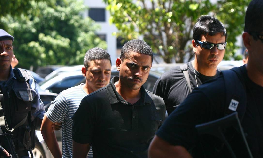 Outros comparsas de Nem são levados para Gericinó Foto: Angelo Antonio Duarte - O Globo
