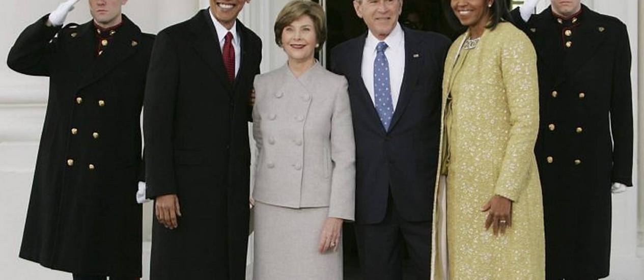 presidente eleito dos EUA, Barack Obama, e a futura primeira-dama, Michelle, são recebidos pelo presidente, George W. Bush, e sua mulher, Laura, na Casa Branca - Reuters
